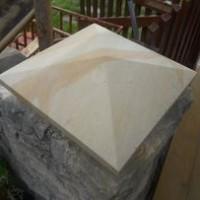 trójkątny pilar kamienny